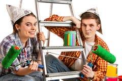 Reparieren Sie Familie durch Gebäudehaus des glücklichen Paars unter Verwendung der Leiter Lizenzfreies Stockbild