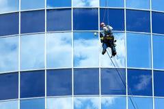 Reparieren Sie Fenster von hohen Gebäuden Lizenzfreie Stockbilder