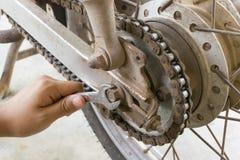 reparieren Sie Kette des Motorrades Lizenzfreies Stockbild
