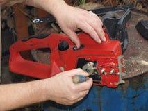 Reparieren Sie Kettensägen Stockfotos