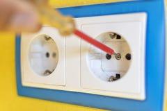 Reparieren Sie Konzept von elektrischen Steckern lizenzfreie stockfotografie