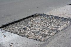 Reparieren Sie Pflasterung und ausbessernde Methode des neuen Asphalts draußen legen Straßenreparatur, Asphaltpflasterung Straßen stockfotos