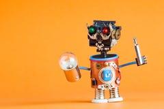 Reparieren Sie Servicekonzept Retrostilroboterheimwerker mit Schraubenzieher, Lampenbirne Spaßspielzeugcharakter Plastikkopf, gef lizenzfreies stockbild