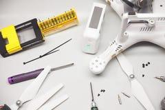reparieren Sie Wartungsbrummen, Schrauben, Schraubenzieher, Batterieklammern Lizenzfreie Stockfotos