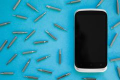 Reparierender Handy, flach gelegte, Draufsicht, blauer Hintergrund, Konzept stockfotografie