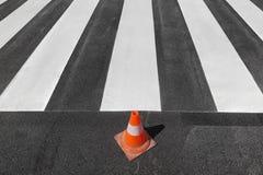 Reparierender und malender, Straße und Verkehrskegel Zebrastreifen Lizenzfreies Stockbild