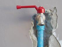 Reparierenundichte Wasserleitung auf der Wand Lizenzfreies Stockbild