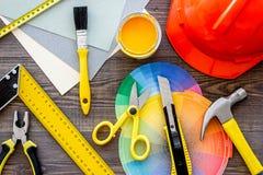 Reparing家概念 在木书桌背景顶视图的工具 库存图片