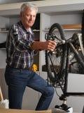 Reparing la bicyclette Images stock