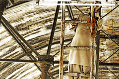 Reparing rörljus för elektriker på järnvägsstationen Arkivfoto