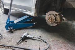 Reparing uma roda do carro fotografia de stock