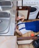 Reparo da cozinha pelo trabalhador manual Fotografia de Stock Royalty Free