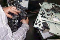 Reparo da impressora a laser no centro de serviço Substituição profissional da unidade de transferência térmica imagem de stock royalty free