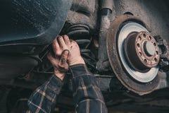 Reparo da mola do carro Mãos do mestre Imagens de Stock