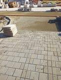 Reparo da passagem pedestre Colocação de pavimentar blocos fotos de stock royalty free