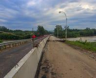 Reparo da ponte do automóvel através do rio Fotos de Stock Royalty Free