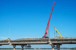 Reparo da ponte sobre o rio fotografia de stock