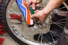 Reparo da roda da motocicleta após escapes do pneu ou dano do disco fotografia de stock