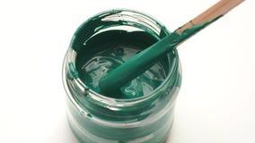 Reparo do apartamento - fim acima de misturar a pintura verde em uma lata filme