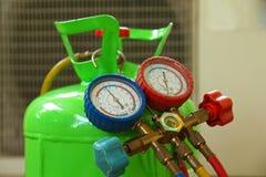 Reparo do condicionador de ar Fotografia de Stock Royalty Free