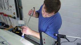 Reparo do dente de Paintless Homem mestre que repara um carro na tecnologia PDR Vara da colagem, inventário, ferramentas, oficina filme