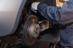 Reparo do freio de disco no carro fotografia de stock