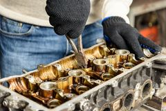 Reparo do motor de automóveis velho fotos de stock royalty free