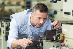Reparo do técnico da manutenção e máquina de limpeza imagem de stock royalty free