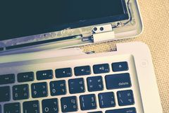 Reparo do tela de computador e manutenção quebrados do portátil, Apple MacB imagem de stock
