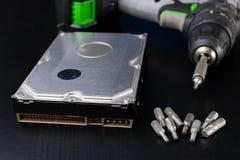 Reparo e diagnósticos do disco rígido Serviço das peças do computador na oficina imagens de stock royalty free