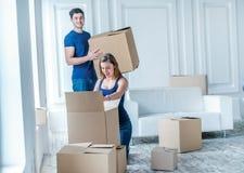 Reparo e internamento novos O par loving aprecia um apartamento novo Foto de Stock Royalty Free