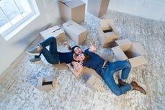 Reparo e internamento novos O par loving aprecia um apartamento novo Imagem de Stock Royalty Free