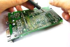 Reparo eletrônico com mãos Fotografia de Stock