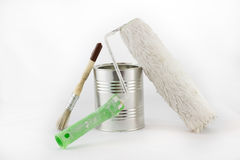 Reparo, escovas da pintura e de pintura e latas da pintura em um iso branco Foto de Stock Royalty Free