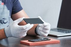 Reparo esperto do telefone mãos do reparador com tela Imagem de Stock