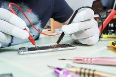 Reparo esperto do telefone reparador que testa o circuito bonde Imagens de Stock