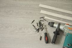 Reparo interior Preparação para a instalação de placas de contorno do assoalho imagens de stock royalty free