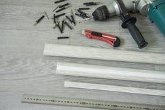 Reparo interior Preparação para a instalação de placas de contorno do assoalho imagem de stock royalty free