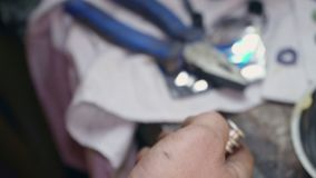 Reparos do mecânico um a peça para um close-up do carro ou do caminhão video estoque