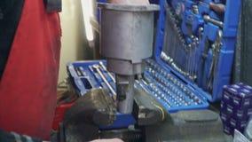 Reparos do mecânico um a peça para um fim do carro ou do caminhão acima video estoque