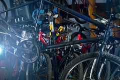 Reparos mestres da bicicleta na oficina 3 Foto de Stock