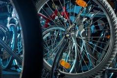 Reparos mestres da bicicleta na oficina 2 Foto de Stock Royalty Free