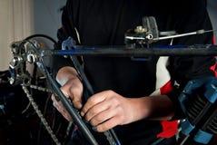 Reparos mestres da bicicleta na oficina 6 Fotografia de Stock