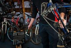 Reparos mestres da bicicleta na oficina 9 Fotografia de Stock
