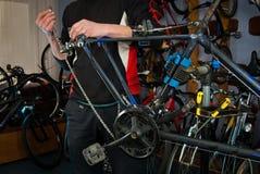 Reparos mestres da bicicleta na oficina 5 Fotografia de Stock Royalty Free