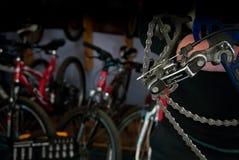 Reparos mestres da bicicleta na oficina 8 Imagens de Stock