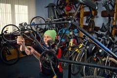 Reparos mestres da bicicleta na oficina 2 Fotos de Stock