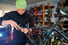 Reparos mestres da bicicleta na oficina 19 Fotografia de Stock