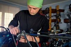 Reparos mestres da bicicleta na oficina 5 Imagens de Stock