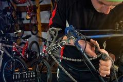 Reparos mestres da bicicleta na oficina 9 Fotos de Stock
